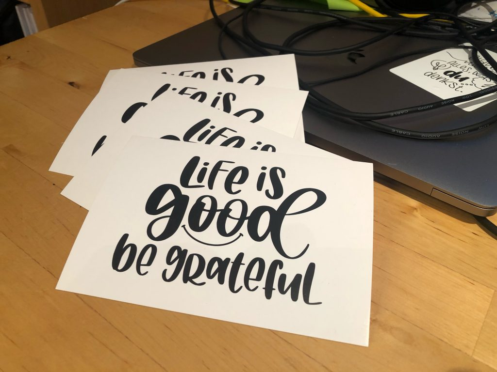 "Foto der Postkarte ""Life is good, be grateful!"""